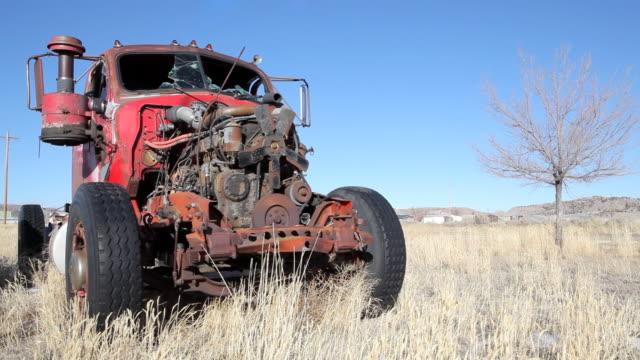 stockvideo's en b-roll-footage met abandoned truck - commercieel landvoertuig