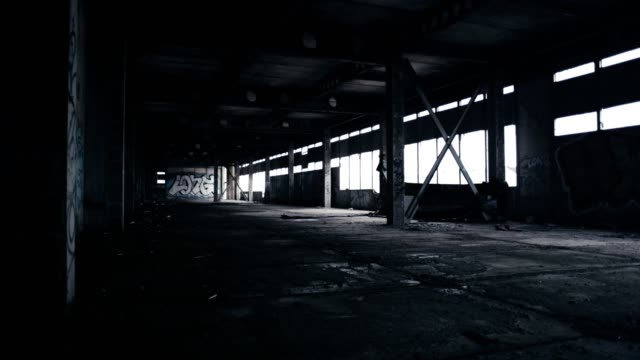 vídeos de stock, filmes e b-roll de armazém abandonado. paredes de tijolo demolidas - falência