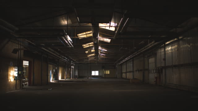 vídeos de stock e filmes b-roll de abandoned warehouse - dolly shot
