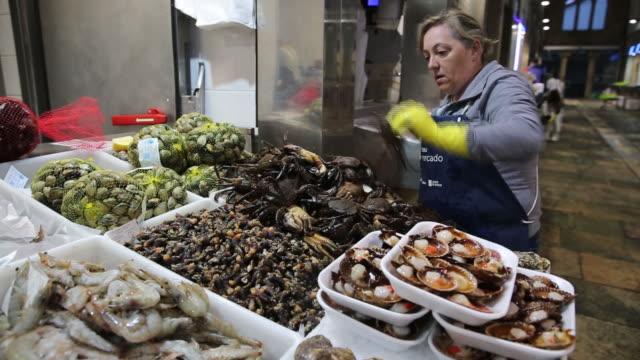 abasto food market in santiago de compostela, galica, spain, on saturday, july 27, 2019. - ムール貝点の映像素材/bロール