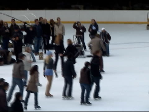 vídeos de stock, filmes e b-roll de abbie cornish filming in central parks wollman skating rink at the celebrity sightings in new york at new york ny - abbie cornish
