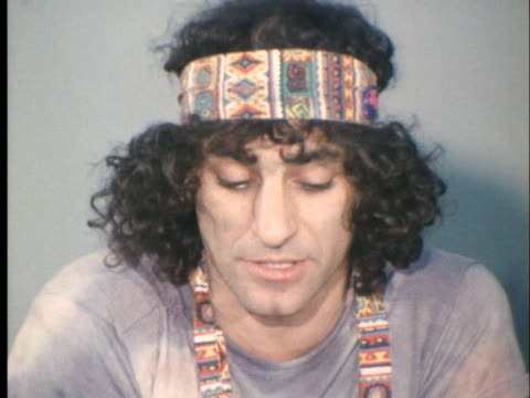 vidéos et rushes de abbie hoffman of the chicago 8 speaks in a press conference about the 1968 democratic national convention in chicago. - press conference