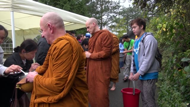 abbot and monks receiving rice at the forest hermitage near warwick, england, celebrating the last day of vassa. vassa is a three month retreat... - theravada stock videos & royalty-free footage