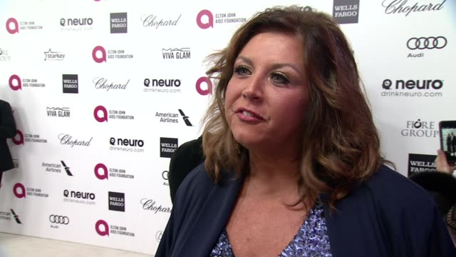 vídeos de stock, filmes e b-roll de interview abby lee miller at the 23rd annual elton john aids foundation academy awards viewing party sponsored by chopard neuro drinks and wells... - festa do oscar