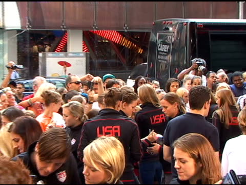 abby wambach and members of the usa ladies soccer team sign autograph for fans at 'good morning america' in new york 07/19/11 - autogramm stock-videos und b-roll-filmmaterial