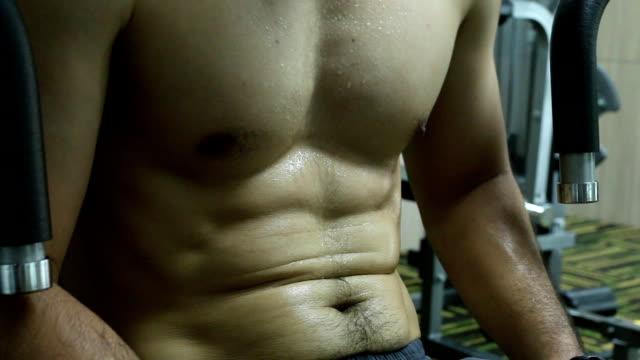 bauchmuskeln eines jungen mannes - menschlicher muskel stock-videos und b-roll-filmmaterial