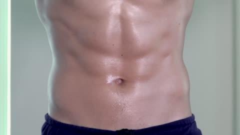 vídeos y material grabado en eventos de stock de músculos abdominales del hombre en el gimnasio - torso