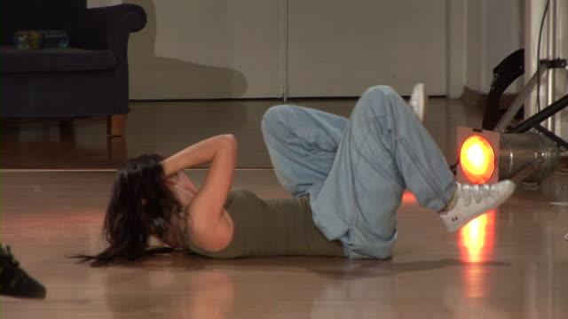vídeos y material grabado en eventos de stock de hd: de ejercicios abdominales - manos detrás de la cabeza