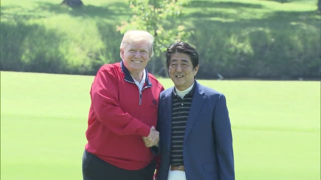 vídeos de stock, filmes e b-roll de abe and trump shaking hands/abe and trump riding a golf cart together shot date may 26th 2019 location mobara city chiba prefecture donald trump and... - golf cart