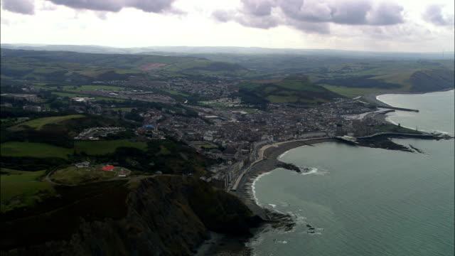 stockvideo's en b-roll-footage met aberystwyth - luchtfoto - wales, ceredigion, verenigd koninkrijk - aberystwyth