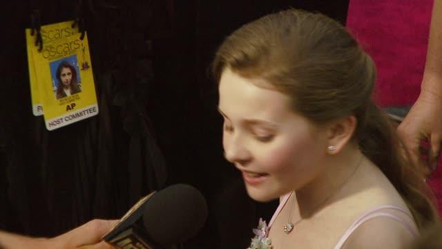 stockvideo's en b-roll-footage met abigail breslin at the 2007 academy awards arrivals at the kodak theatre in hollywood california on february 25 2007 - abigail breslin