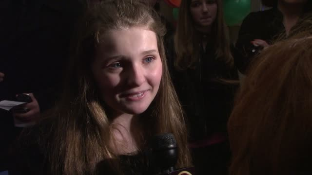 stockvideo's en b-roll-footage met abigail breslin at the opening party for juicy couture 5th avenue flagship at new york ny - abigail breslin