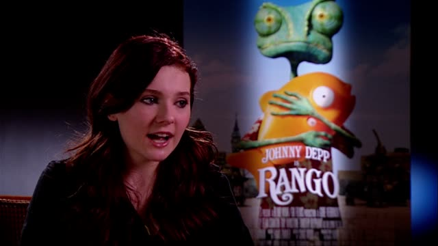 stockvideo's en b-roll-footage met abigail breslin on her voice her southern accent seeing herself on screen at the rango interviews at london england - abigail breslin