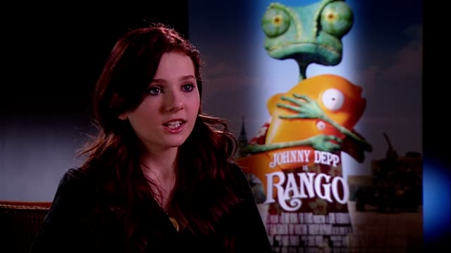 stockvideo's en b-roll-footage met abigail breslin on props lack of costume at the rango interviews at london england - abigail breslin