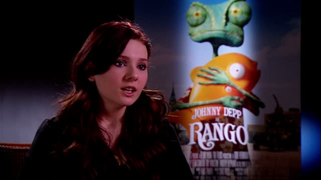 stockvideo's en b-roll-footage met abigail breslin on what a normal day entailed working alongside her costars at the rango interviews at london england - abigail breslin