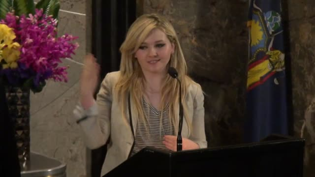 stockvideo's en b-roll-footage met abigail breslin speaks at the podium for project sunshine in the lobby of the empire state building in celebrity sightings in new york - abigail breslin
