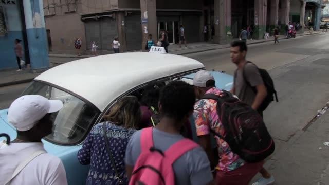 stockvideo's en b-roll-footage met abordar la guagua omnibus que pasa llena en la habana es una aventura images) - transporte