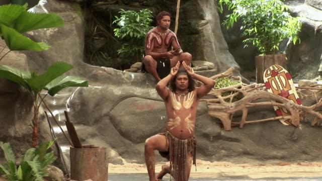 vídeos y material grabado en eventos de stock de ms pan aboriginal men performing on outdoor stage, queensland, australia - cultura aborigen australiana