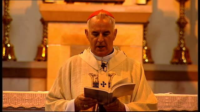 vídeos de stock, filmes e b-roll de cardinal keith o'brien statement scotland int cardinal keith o'brien singing hymn and taking service in catholic church - questão da mulher