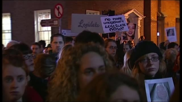 vidéos et rushes de final full day of campaigning t14111207 / tx protestors calling for reform of the abortion law following the death of savita halappanavar standing in... - silence