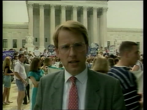 vidéos et rushes de washington supreme court tms proabortion rights women chanting as wielding placards sof cms opponents of abortion standing in small group as monk... - 1980 1989
