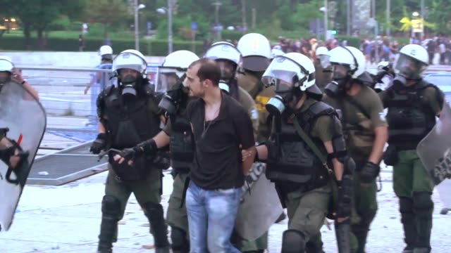 vídeos de stock, filmes e b-roll de about 1000 protesters gathered in front of the central fair entrance in thessaloniki greece on june 25 2018 to protest against the recent name deal... - origens