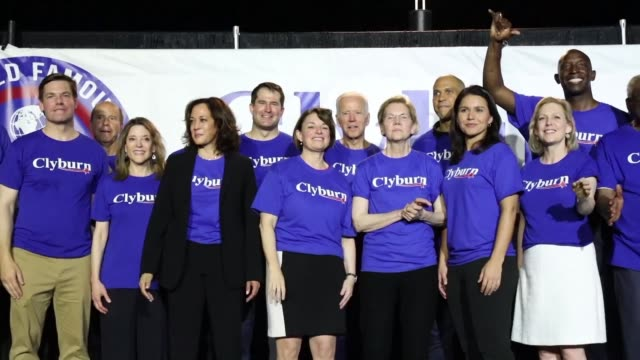 stockvideo's en b-roll-footage met about 20 democratic presidential candidates pose for a family photo in front of supporters during the jim clyburn fish fry as they campaign in... - presidentskandidaat