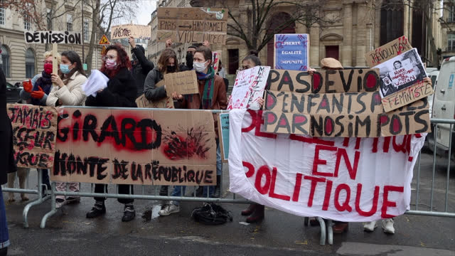 vidéos et rushes de about 20 feminist activists demonstrated to demand the resignation of the former cultural assistant of anne hidalgo, christophe girard, in front of... - banderole signalisation
