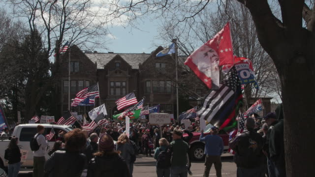 vídeos y material grabado en eventos de stock de about 800 protesters gathered at the gates of the governor's residence to end stay-at-home orders. - minnesota