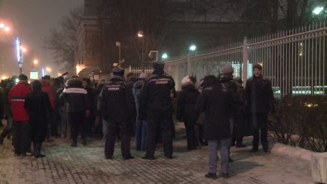 about a hundred people gathered in front of the french embassy in moscow in the snow on thursday night to honour the victims of the bloody attack... - materiale cartaceo video stock e b–roll