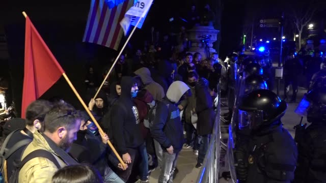 about a thousand people have gathered in the plaza españa in barcelona on february 23 2019 to protest against the visit of king felipe vi to the city... - könig königliche persönlichkeit stock-videos und b-roll-filmmaterial