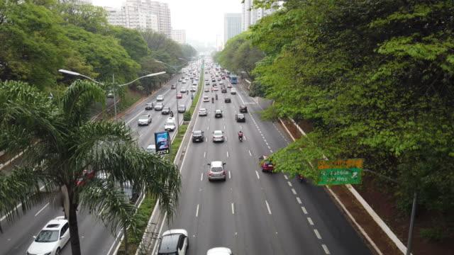 vídeos de stock, filmes e b-roll de acima da avenida 23 de maio, localizada na cidade de são paulo. 23 de maio de ave. - tráfego