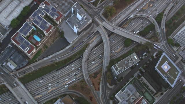 antenne über eine autobahn durch eine stadt in kalifornien - grau stock-videos und b-roll-filmmaterial