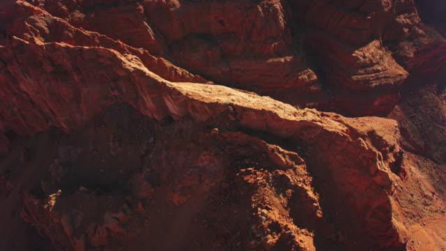 aerial über einem spitzen grat im grand canyon, usa - canyon stock-videos und b-roll-filmmaterial