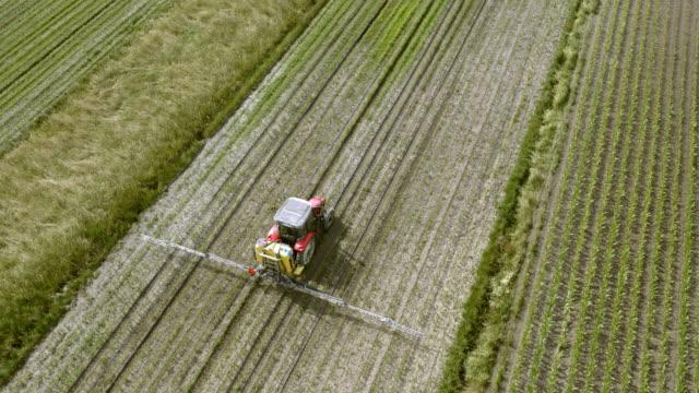 フィールドを散布トラクター上記のアンテナ - トラクター点の映像素材/bロール