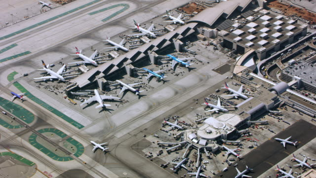 vídeos de stock e filmes b-roll de aerial above an airport in california - alfalto
