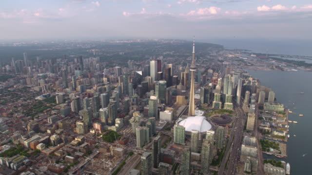 aerial above downtown toronto, ontario bei sonnenuntergang - cn tower stock-videos und b-roll-filmmaterial
