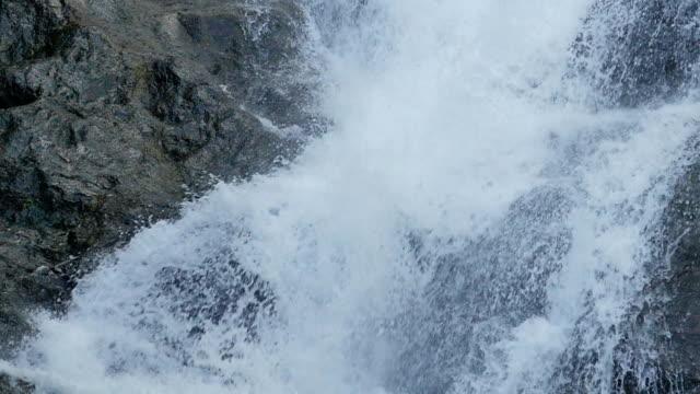 vídeos de stock, filmes e b-roll de acima de fluindo água fundo cascata - curso de água