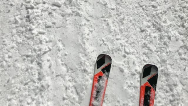 vídeos de stock e filmes b-roll de above footage of legs on ski gliding fastly over snow trace - bota
