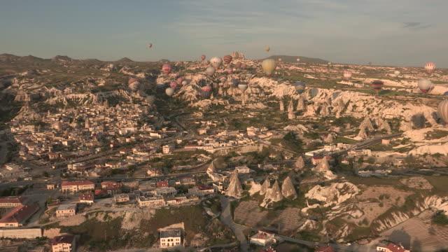 vídeos de stock, filmes e b-roll de above goreme city, cappadocia, turkey - festa do balão de ar quente