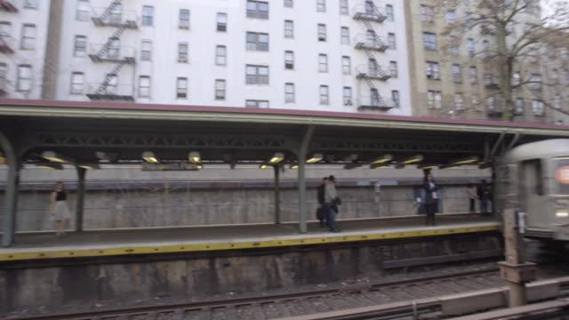 vídeos de stock e filmes b-roll de above ground subway station - establishing shot - metro da cidade de nova iorque