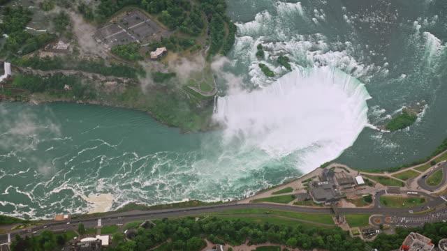エアリアル アバブ ホースシュー フォールズ、オンタリオ、カナダ - ナイアガラ滝点の映像素材/bロール