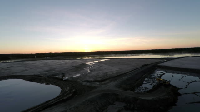 stockvideo's en b-roll-footage met aerial view above open mine at dawn - mijnindustrie