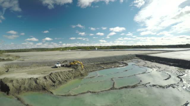 vidéos et rushes de aerial view above open mine - industrie minière