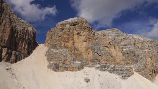 vídeos de stock, filmes e b-roll de acima piz boe, alpino sas pordoi, dolomitas, alpes italianos tirol - paredão rochoso