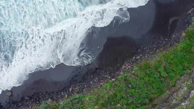 vídeos y material grabado en eventos de stock de aerial ms above sea waves / islas canarias, españa - acantilado