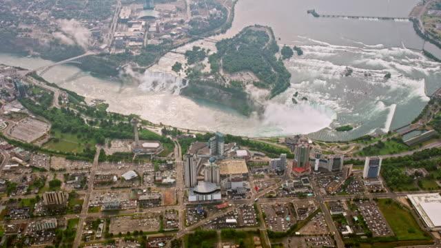 3つの有名なナイアガラの滝の滝で、オンタリオ州ナイアガラの滝の街の上に空中 - ナイアガラ滝点の映像素材/bロール