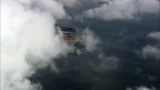 über den wolken über vedelshave-luftaufnahme-south dänemark, middelfart koehler, dänemark - kommune stock-videos und b-roll-filmmaterial