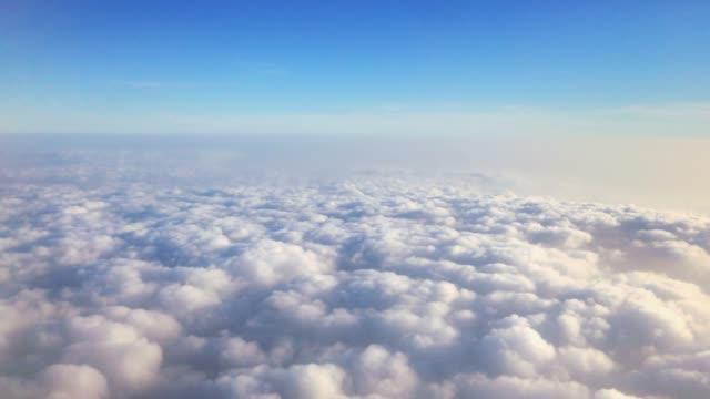 vídeos de stock e filmes b-roll de above the clouds - travelling 4k - céu vida após a morte