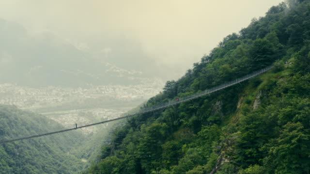 vídeos de stock e filmes b-roll de above the clouds - ponte suspensa
